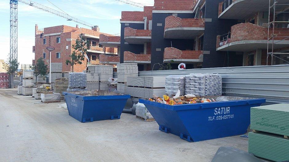 Contenedores de obra en puerta de una construcción.